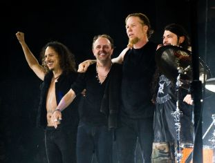 1200px-Metallica_at_The_O2_Arena_London_2008